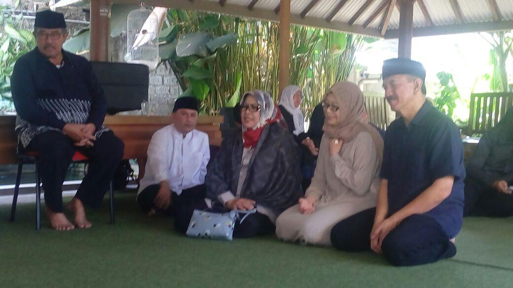 Photo of Bupati Bandung Barat dan Istri Elin Suharliah Melayad ke Rumah Duka