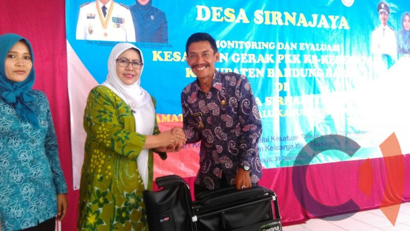 Photo of Dukung Elin, Kades Sirnajaya Berteriak, Lanjutkan..!