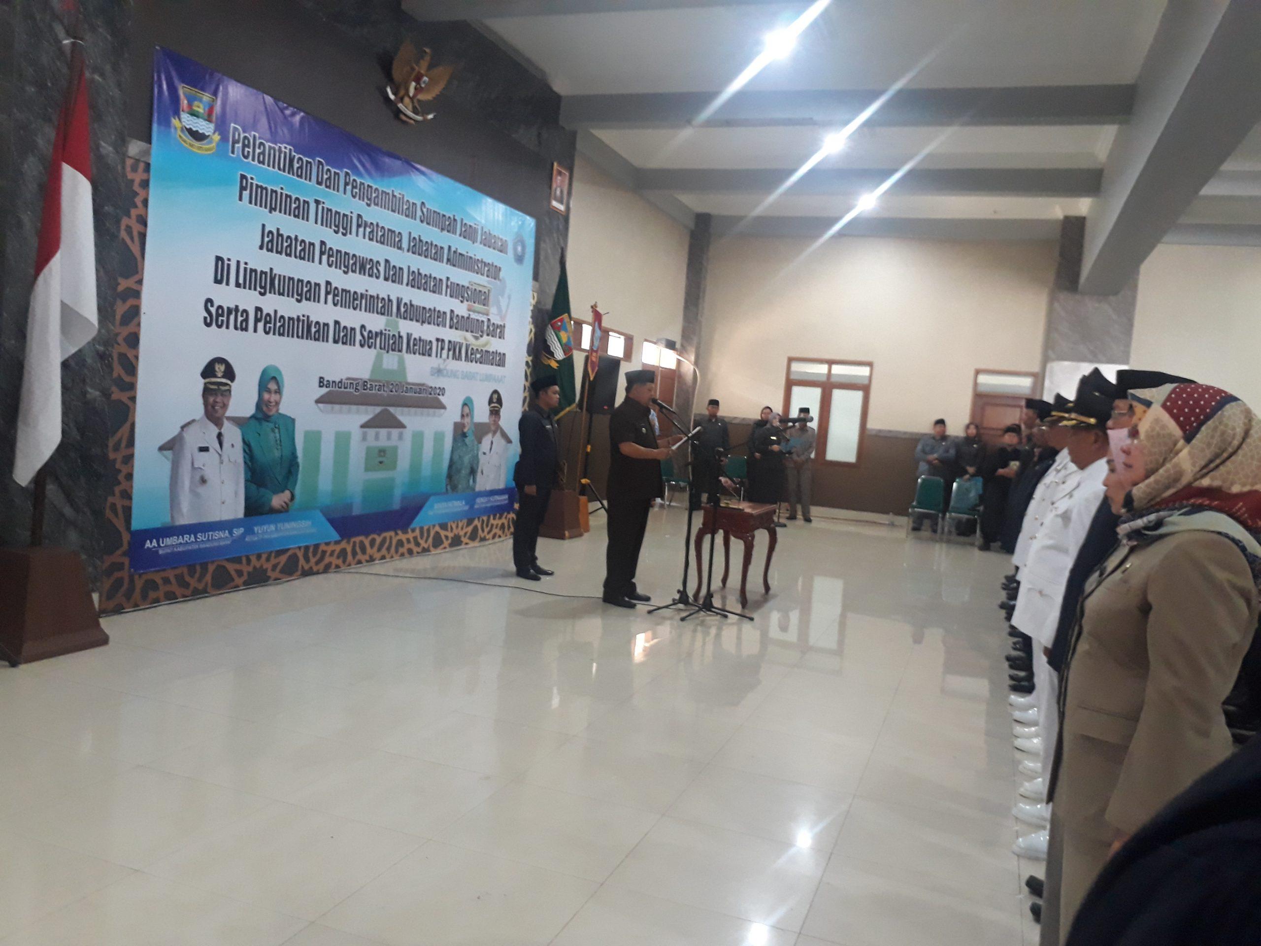 Bupati Bandung Barat, Aa Umbara Sutisna melantik 144 orang pejabat di Lingkungan Pemerintah Kabupaten (Pemkab) Bandung Barat, Senin (20/1/2020).