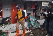Photo of Dua Warga Batujajar Timur Terpapar Corona, Tim Nasdem KBB Semprotkan Disinfektan
